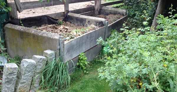 Kompost mit zwei getrennten Kammern für den Garten