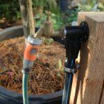 Wasserhähne im Garten abstellen: nicht frostsichere Zuleitungen entleeren und Ventil öffnen