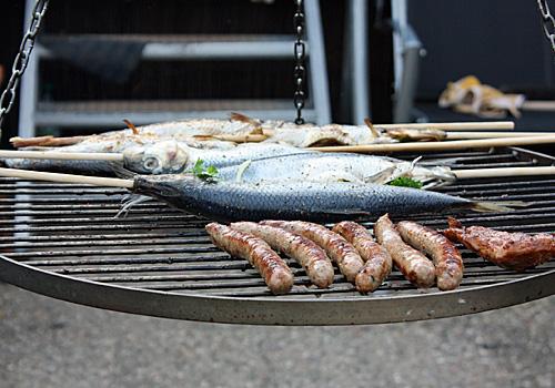 Fische grillen im Garten